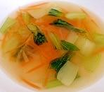 チンゲン菜と人参と玉ねぎのコンソメスープ