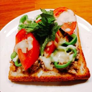 KALDIのハリッサで サバ缶トースト