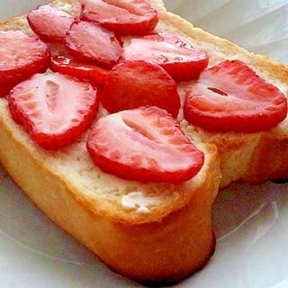 クリームチーズと苺のトースト