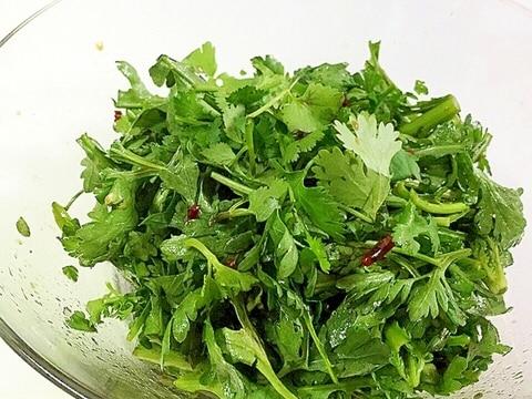 簡単混ぜるだけ♪ パクチーと春菊のエスニックサラダ
