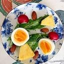 水菜、ゆで卵、パイン、アーモンドのサラダ