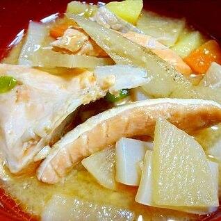 鮭のアラと野菜たっぷりの味噌汁