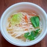 もやしとキャベツとにんじんとチンゲン菜の中華スープ