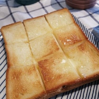 珍しく4枚切の食パンを買ったので、シンプルにおいしいバタートーストが食べたくて参考にさせていただきました♪一手間でとってもおいしくなりますね!