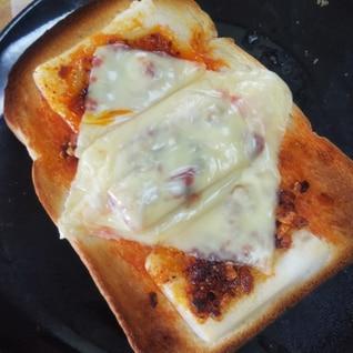 ピリ辛☆食べるラー油もちチーズトースト
