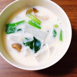 きのこと冬野菜の豆乳味噌汁