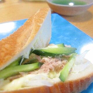 マヨネーズと胡瓜とツナのサンドイッチ