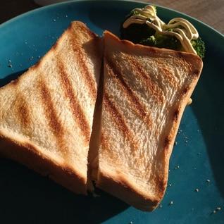 アラジンのトースターでハムチーズホットサンド