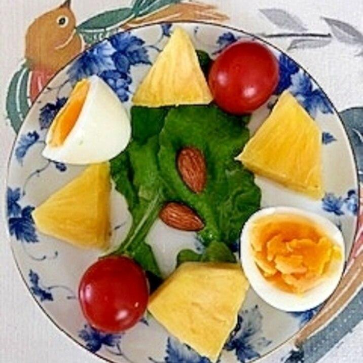 ルッコラ、パイン、ゆで卵、ミニトマトのサラダ