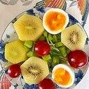水菜、キウイ、ゆで卵、ミニトマト