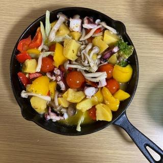 たことズッキーニと夏野菜のアヒージョ