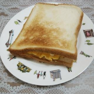 卵とレタスとベーコンのサンドイッチ