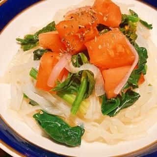 こんにゃく麺で、トマトと法蓮草のパスタ風