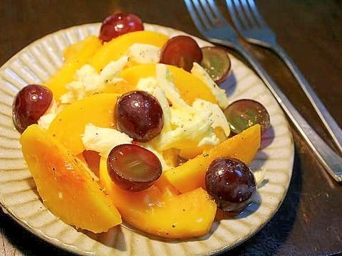 黄桃と巨峰とチーズのサラダ