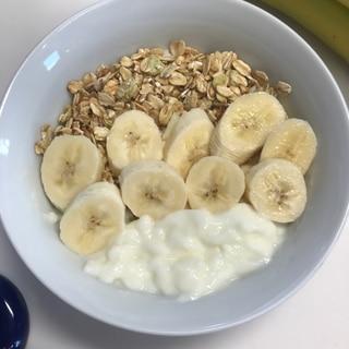 朝食バナナグラノーラヨーグルト