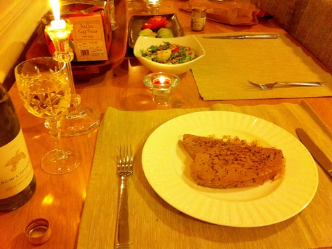 ゴマとライム香る、ガーリックツナステーキ。