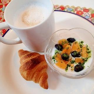 柿黒豆青汁YGとカプチーノとクロワッサンのワンプレ