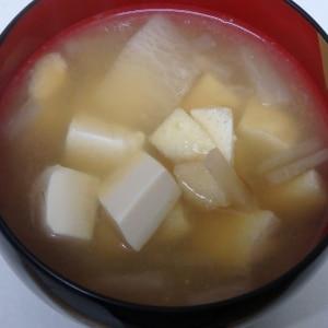 豆腐と油揚げとタマネギの味噌汁