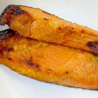 フライパンで焼く鮭の西京焼き