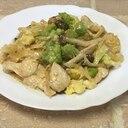 ロマネスコとしめじと鶏肉の味噌マヨ炒め♪