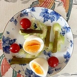 セロリ、ゆで卵、ミニトマト、茎わかめのサラダ