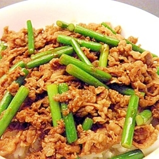 にんにくの芽と牛肉の華風炒め丼