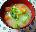ブロッコリーとにんじんのごま味噌汁