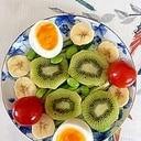 胡瓜、キウイ、ゆで卵のサラダ