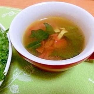 トマトとほうれん草のコンソメカレースープ