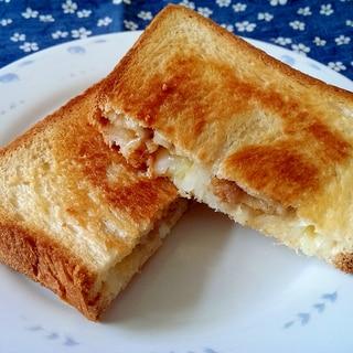 ソーセージと玉ねぎとチーズのホットサンド
