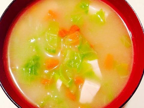 キャベツと人参と豆腐の味噌汁