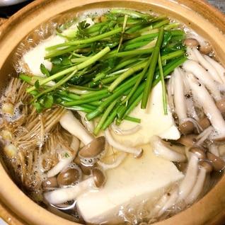 根付きセリの湯豆腐