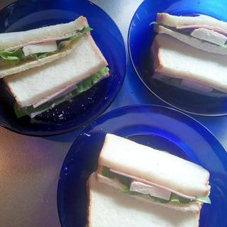 サラダ菜とロースハムのサンドウィッチ