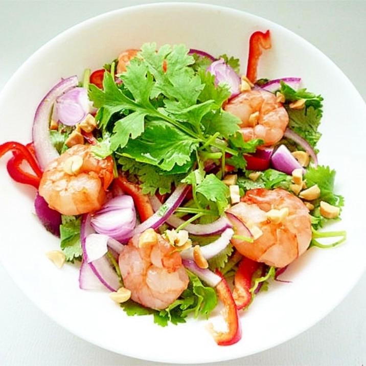 パクチーと海老のタイ風サラダ