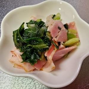 栄養逃がさない!レンジで小松菜とベーコン炒め