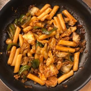 お弁当にも。野菜とトッポギの濃い味炒め