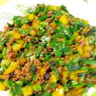 韮、黄色いパプリカ、豚挽肉、豆豉の炒め