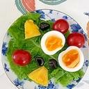 サンチュ、パイン、ゆで卵、ミニトマト、グミのサラダ