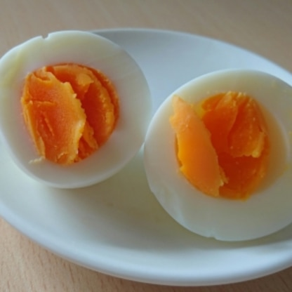 ちょっと切り口がきたなくなりましたが… めっちゃ簡単!あんなにいっぱいのお湯で茹でていた私はなんだったの… これからはこの方法でゆで卵を楽しみたいと思います。