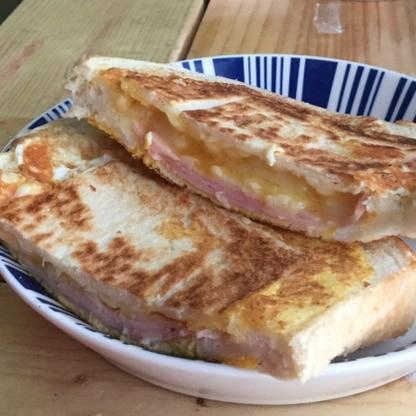 ホットサンドメーカーより美味しいかも!卵とチーズの絶妙なトロトロ具合がたまりません(*^◯^*)忙しい朝でもすぐ出来そうですね。