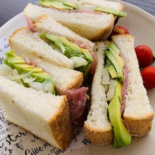 アボカドと生ハムの挟むだけ簡単サンド