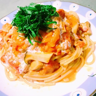 キノコと海老のトマトクリームパスタ