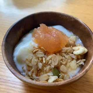 フルグラヨーグルト、りんごジャムかけシナモン風味