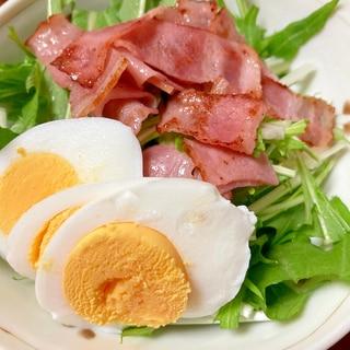 水菜、ベーコン、ゆで卵のサラダ