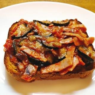 茄子とベーコンのトマトソースのトースト