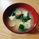 高野豆腐とちくわとわかめの味噌汁