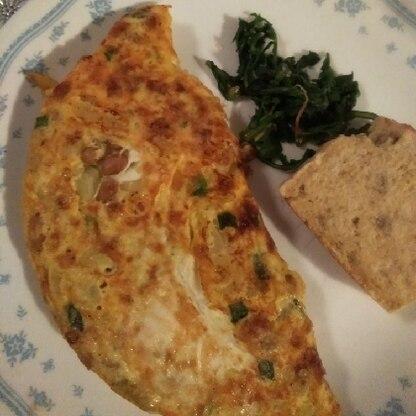 納豆入りのオムレツ風なのでパンの朝食にもお米にも良いですね。小ネギも入れたのですが簡単に出来て美味しかったです。