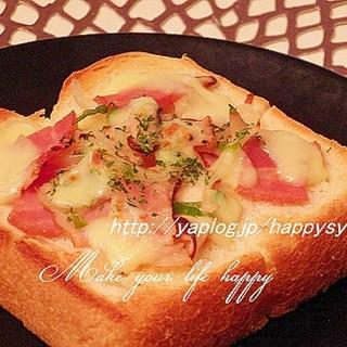 ベーコンと玉ねぎのガーリックチーズトースト