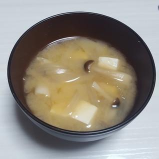 玉ねぎ、しめじ、豆腐の味噌汁