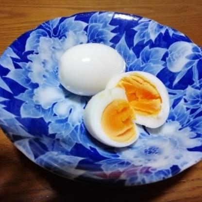 はじめまして(^ω^) 料理初心者ですが、レシピを参考にゆで卵を作った結果、卵の固さも丁度良く美味しく頂きました。 家族にも作ります。ありがとうございました。